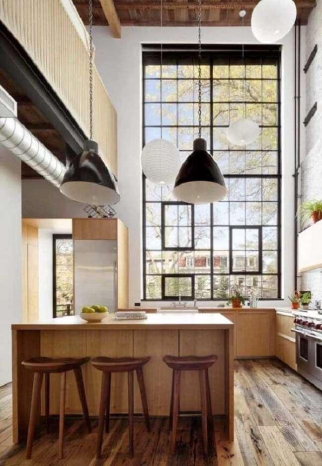 64. A janela ampla da cozinha valoriza a arquitetura com pé direito duplo. Fonte: Pinterest