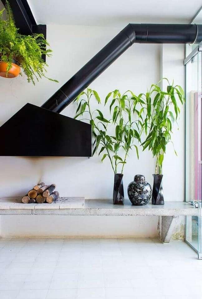 52. Sala moderna com lareira preta suspensa e banco para lareira – Foto Apartment Therapy