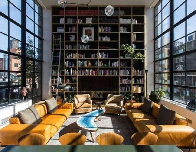 60. Aproveite a toda a extensão da parede do imóvel com pé direito duplo para montar um biblioteca particular. Fonte: Revista Viva Decora
