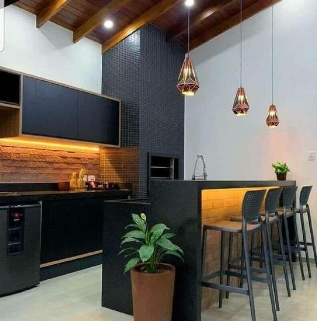 18. Decoração com lustre para área gourmet preta e branca – Foto: Pinterest