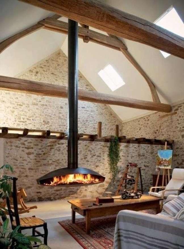 26. Lareira suspensa na sala de estar rustica com móveis de madeira e papel de parede de tijolinho – Foto Casa Tres Chic