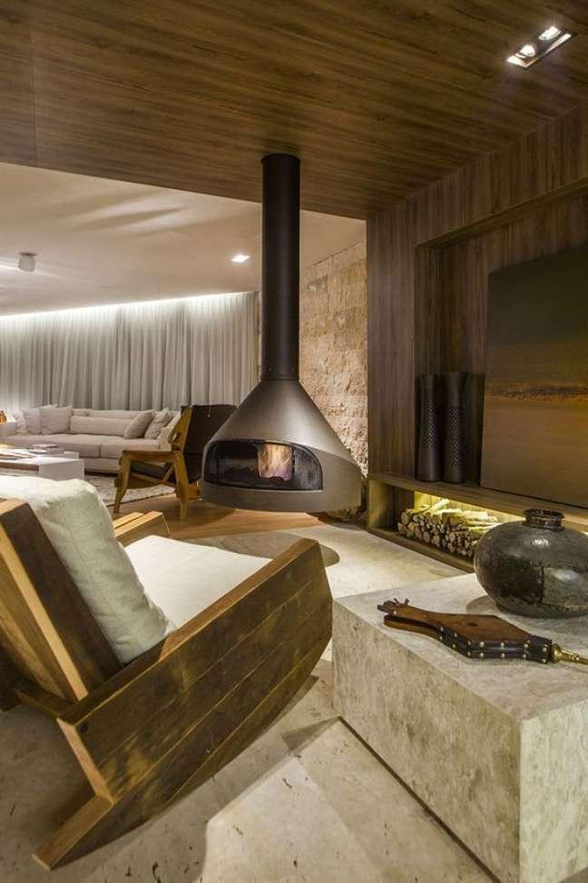 9. Lareira suspensa na sala com móveis de madeira – Foto Casa Tres Chic