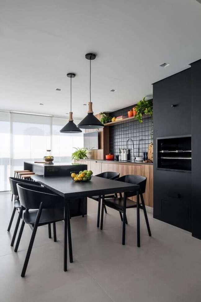 19. Decoração com lustre para área gourmet preta moderna – Foto: Casa de Valentina
