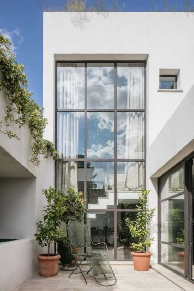 10. Projeto incrível com pé direito duplo fachada. Fonte: Pinterest