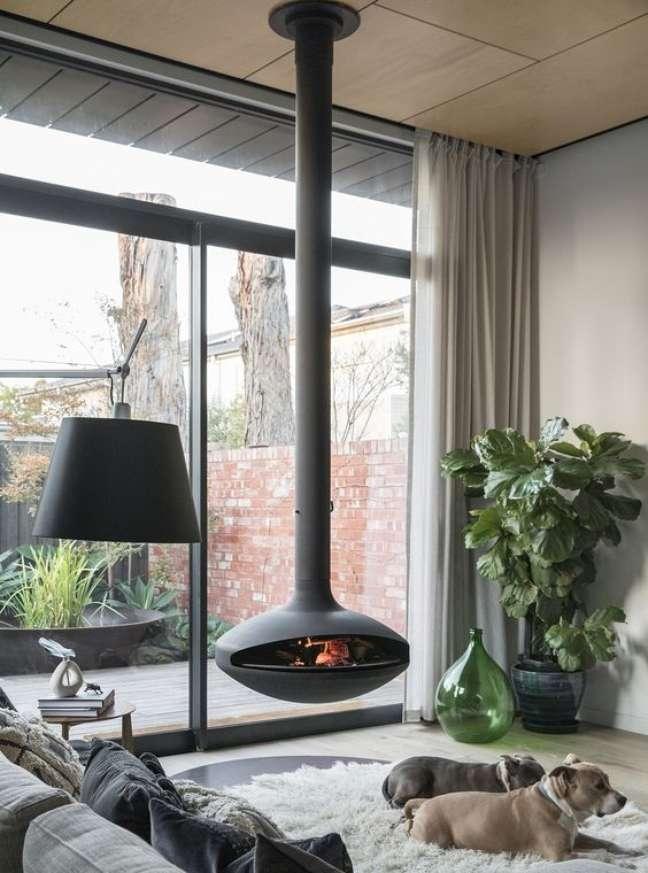 33. Sala com lareira suspensa confortável e aconchegante – Foto Aurosa Suspended Fires