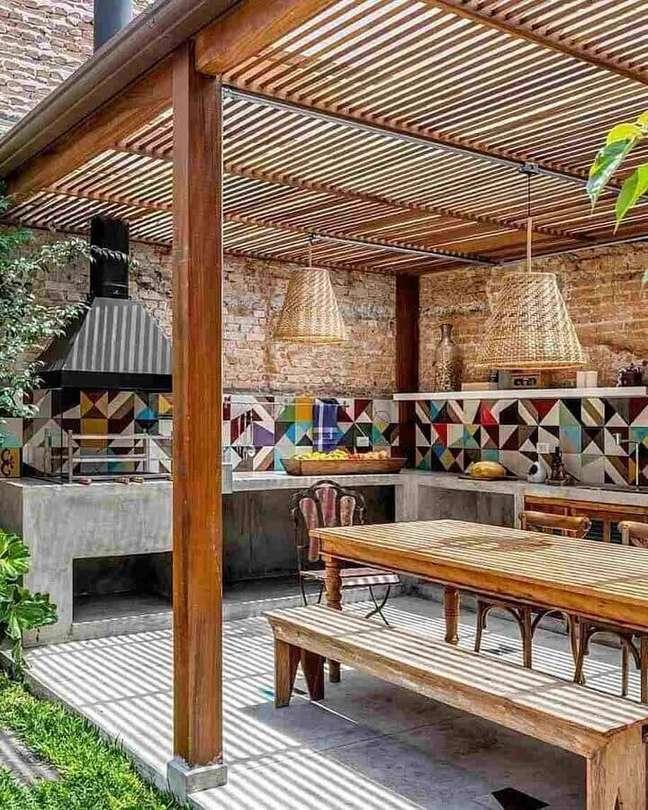4. Lustre rústico para para área gourmet externa decorada com revestimento colorido – Foto: Monta Casa
