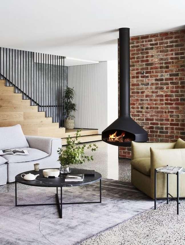 45. Sala moderna com lareira suspensa perto do sofá – Foto Globe West