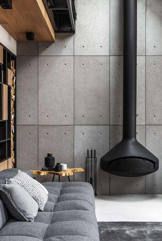 41. Sala estilo industrial com lareira suspensa preta – Foto Planete Decor
