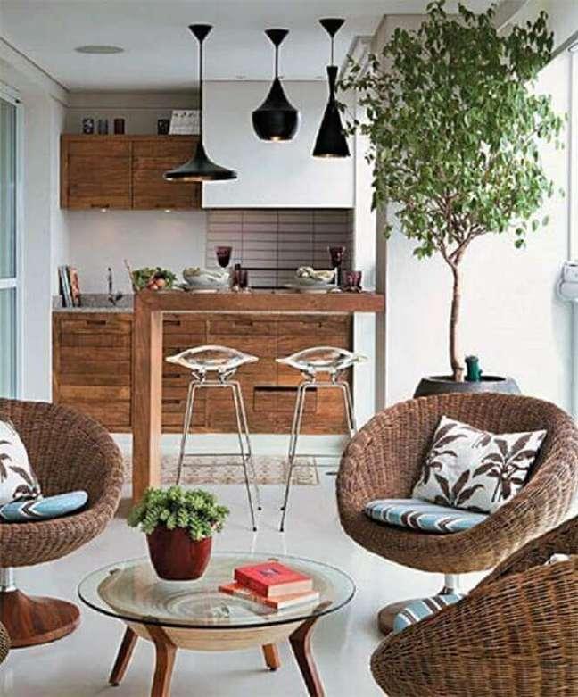 14. Decoração com lustre para área gourmet de apartamento – Foto: Simples Decoração