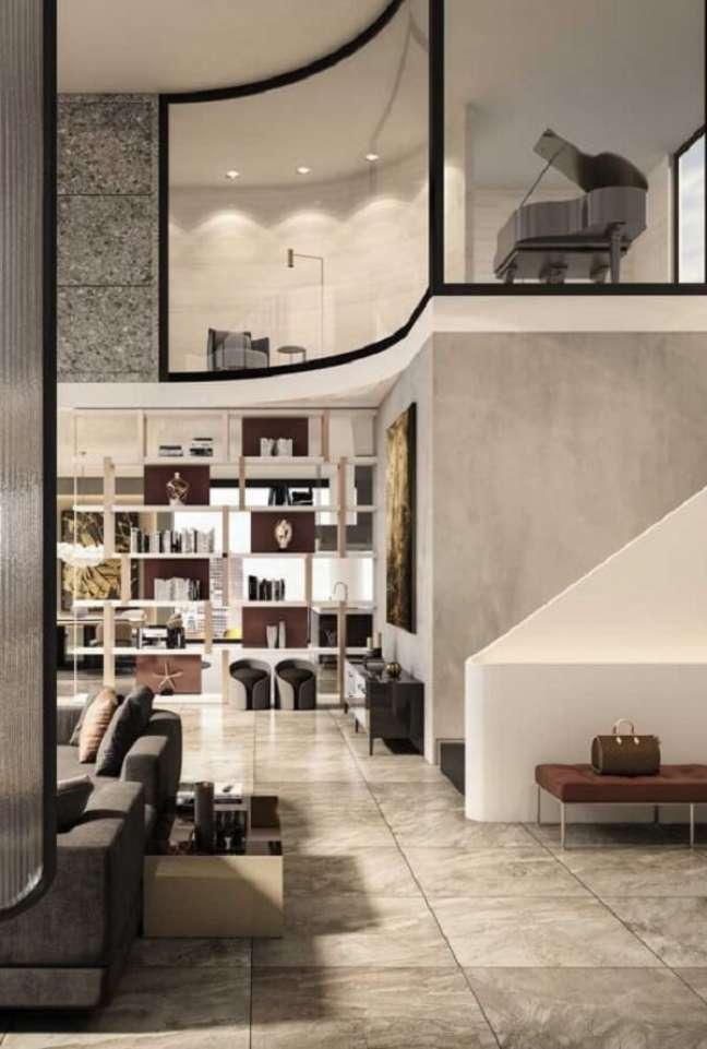 28. Pé direito duplo com mezanino: a parede de vidro integra ambientes e revela o piano no andar superior. Fonte: Pinterest