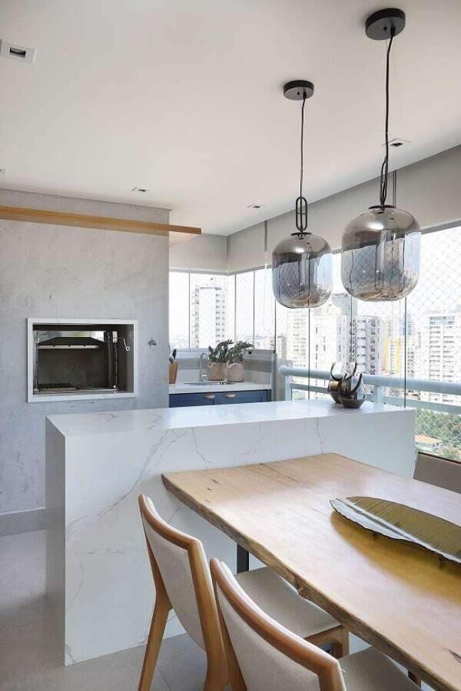 26. Decoração minimalista com lustre pendente para área gourmet – Foto: Casa de Valentina