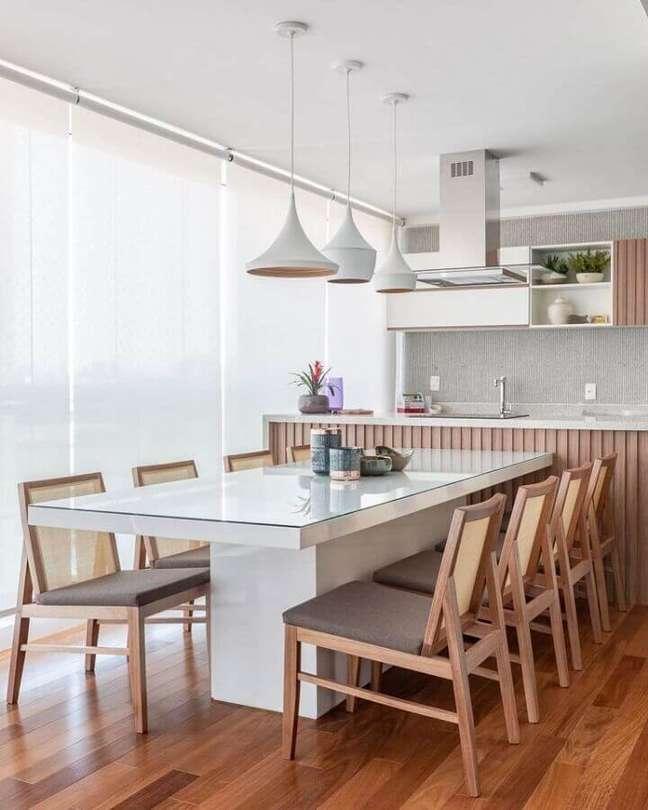 49. Lustre para área gourmet moderna decorada em cores claras – Foto: Dicas de Mulher