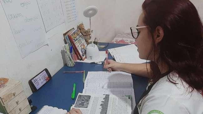 Camila Gonçalves tenta uma vaga no curso de medicina da Universidade Federal de Rondônia. Mas, com redução da renda da família na pandemia, ela teve que deixar a dedicação exclusiva aos estudos para trabalhar.