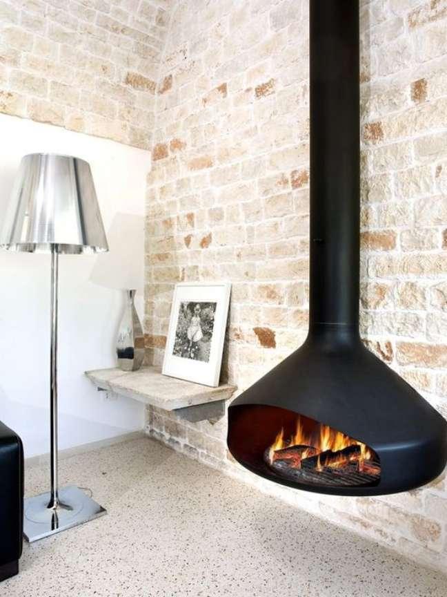 12. Lareira suspensa a lenha na sala de estar aconchegante e rustica – Foto Foces Fireplaces