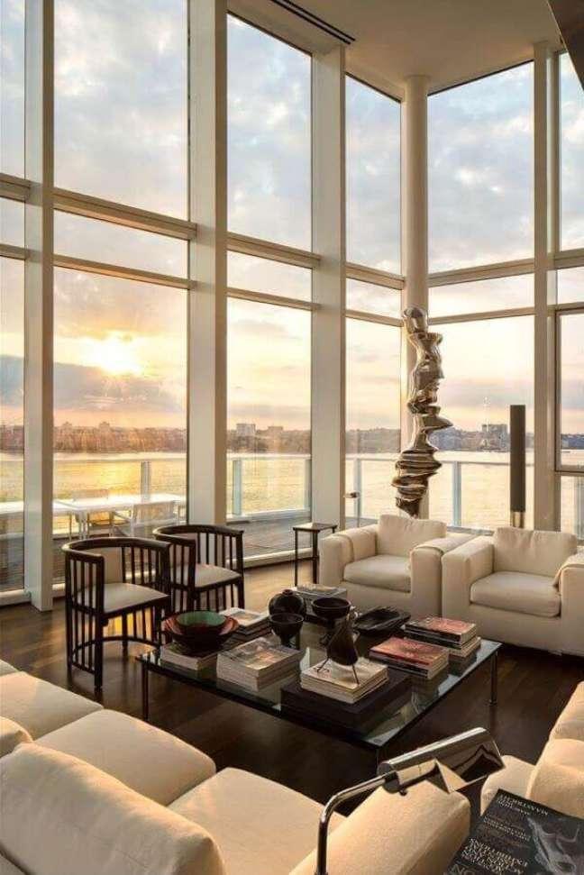 49. As janelas amplas desse imóvel com pé direito duplo permitem a visão da paisagem externa. Fonte: Pinterest