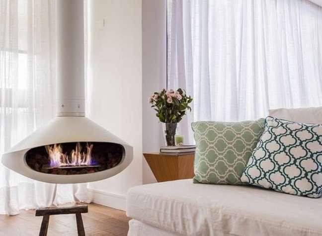 39. Sala de estar com lareira suspensa branca – Foto Revista Casa e Jardim