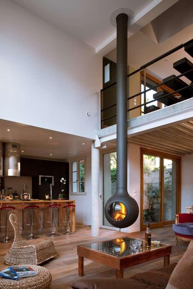 25. Lareira suspensa preta redonda na sala de estar de madeira – Foto Archiproducts
