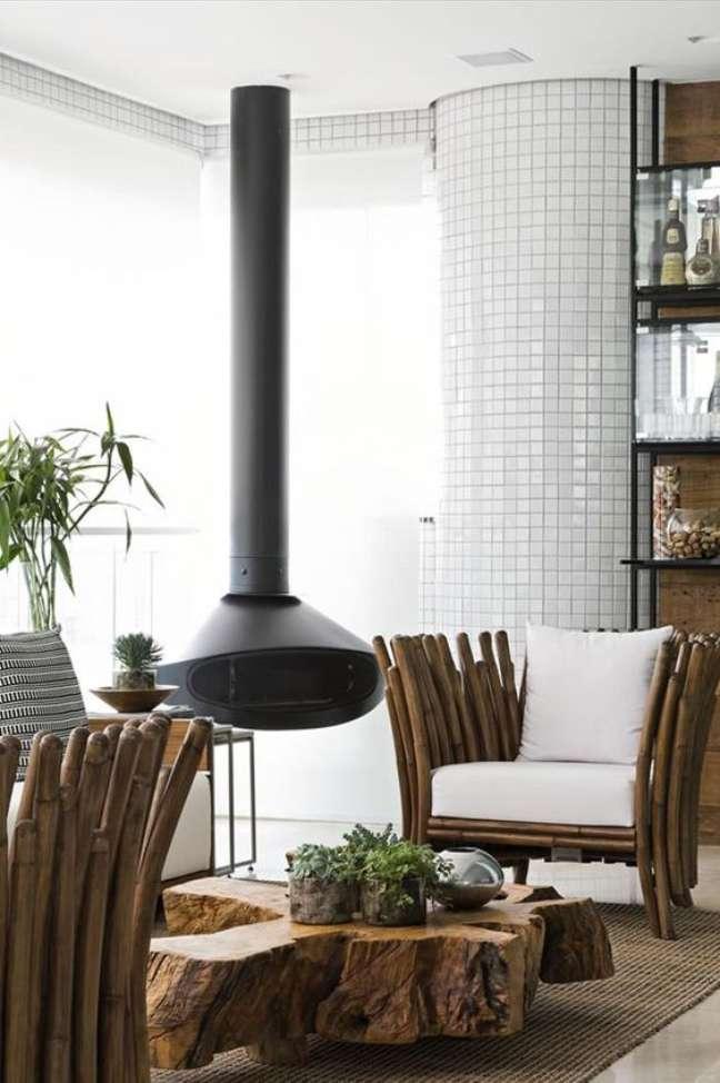 48. Sala rústica com lareira suspensa preta – Foto Galeria da Arquitetur