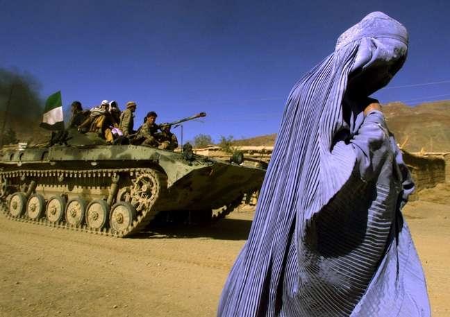Mulher usa burca no Afeganistão de 2001