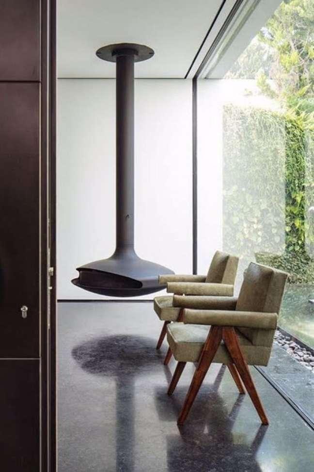 40. Sala de estar com lareira suspensa e poltronas bege – Foto Focus Creation