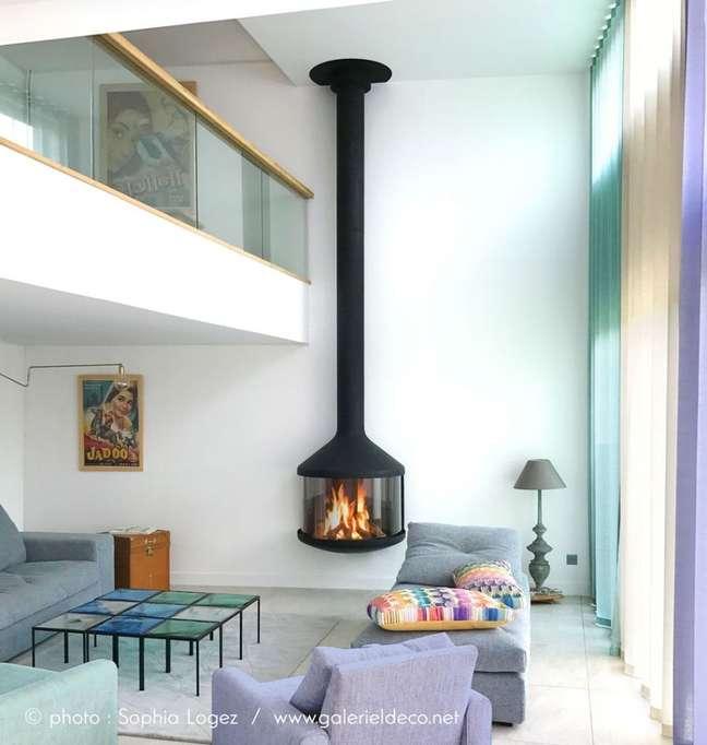 23. Lareira suspensa preta na sala minimalista – Foto Fireplaces