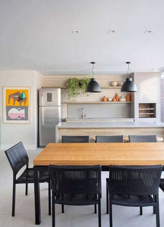 53. Lustre pendente para área gourmet decorada com cadeiras pretas para mesa de madeira – Foto: Casa de Valentina