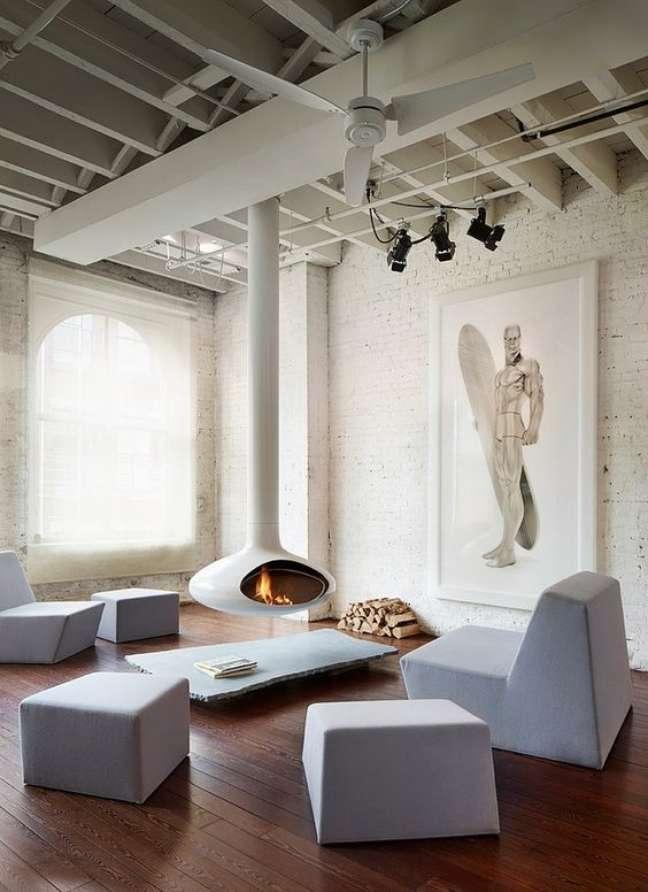 14. Lareira suspensa branca com móveis modernos – Foto Modern Home Decorating Magazine