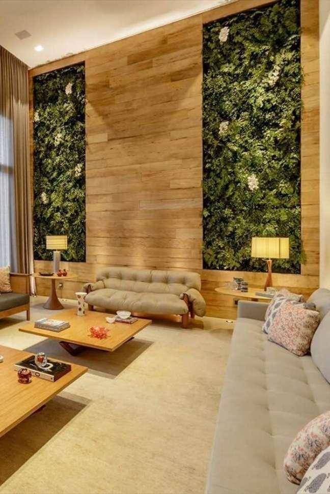 33. O jardim vertical traz frescor e decora a sala com pé direito duplo. Fonte: Revista Viva Decora