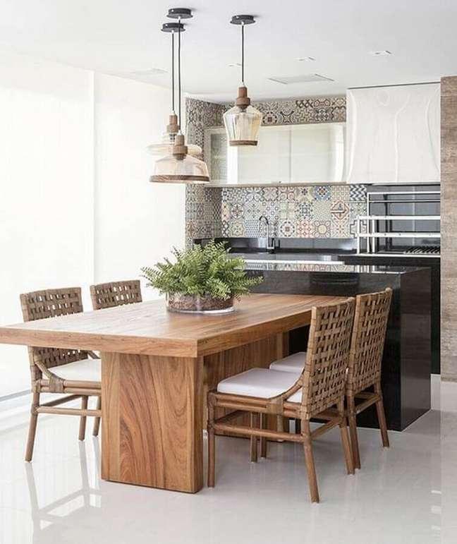 17. Decoração com lustre para área gourmet planejada com mesa de madeira – Foto: Arkpad
