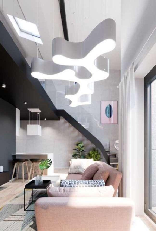 9. Uma luminária ousada se destaca na decoração desse imóvel com pé direito duplo. Fonte: Pinterest