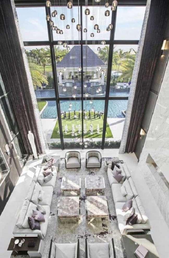 4. Show de luxo e sofisticação nesse projeto com pé direito duplo. Fonte: Pinterest