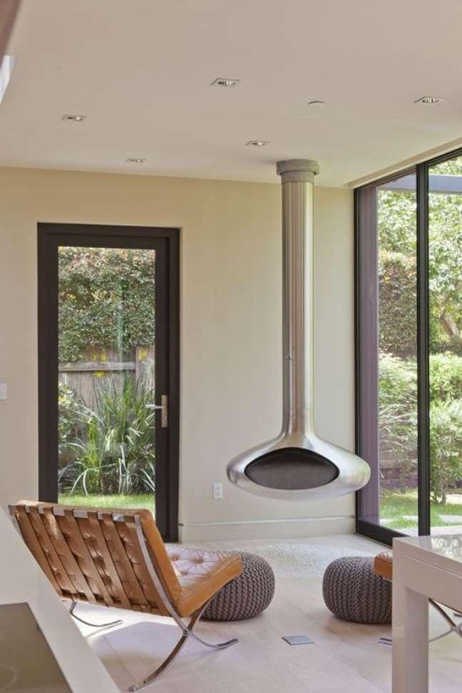 5. Sala de estar aconchegante com lareira suspensa ecologica – Foto Casa Vogue