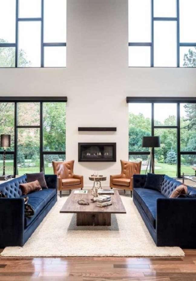 53. As janelas amplas do imóvel com pé direito duplo favorecem a entrada de luz natural no espaço. Fonte: Pinterest