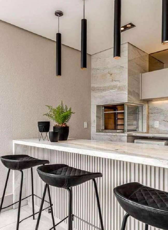 58. Lustre pendente para área gourmet moderna decorada com banqueta preta – Foto: Jeito de Casa