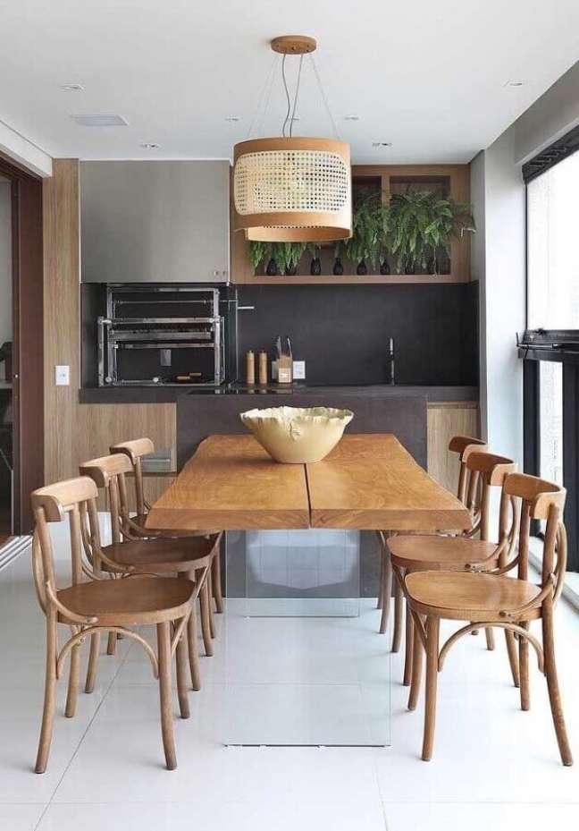 61. Lustre rústico para área gourmet decorada com cadeiras de madeira para mesa planejada – Foto: Pinterest