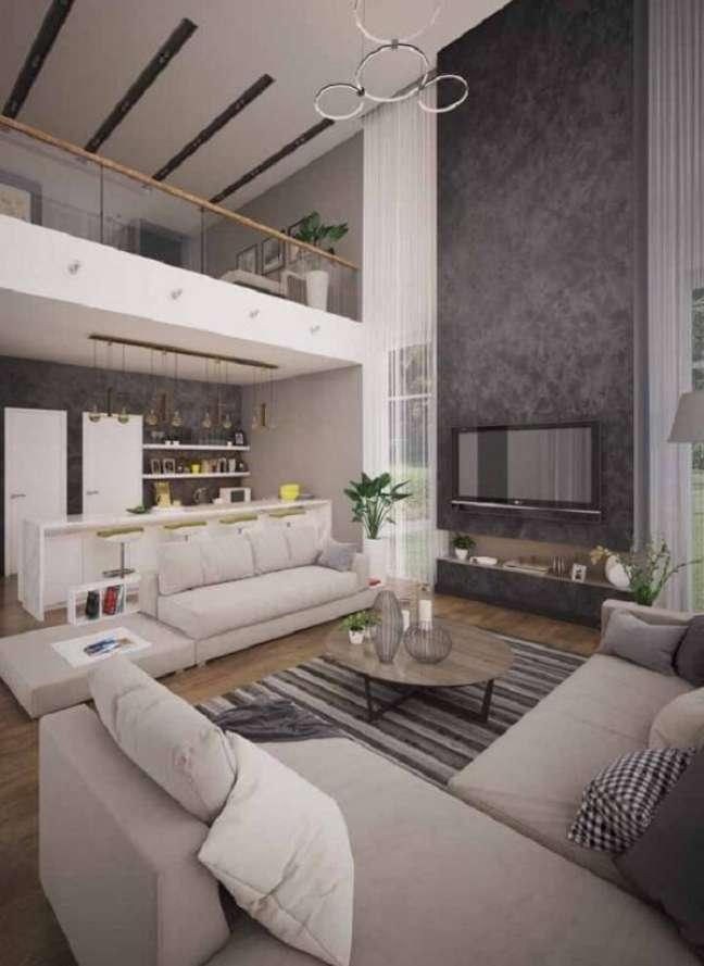 17. Pé direito duplo com sala de estar e cozinha integradas. Fonte: Pinterest