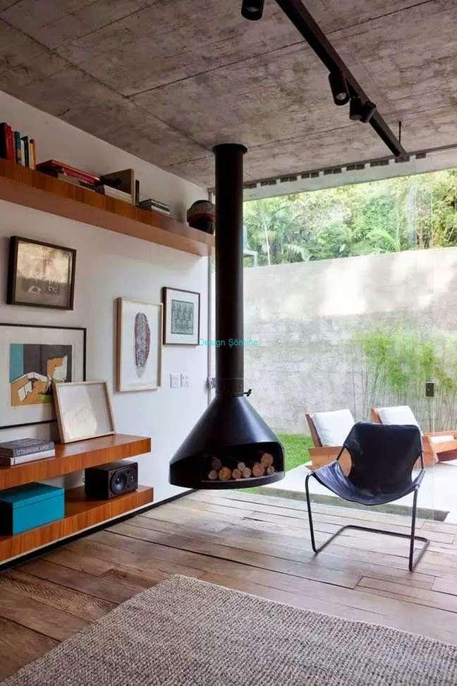 13. Lareira suspensa a lenha para sala de estar moderna – Foto Casa Vogue