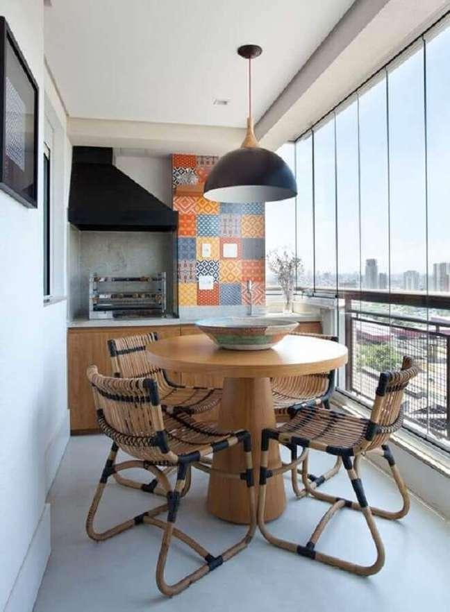 30. Decoração simples com mesa redonda e lustre para área gourmet pequena – Foto: Jeito de Casa