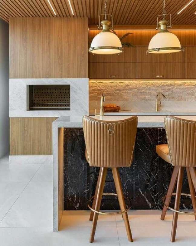 2. Decoração com banqueta alta e lustre para área gourmet moderna – Foto: Decor Salteado