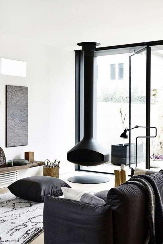 21. Lareira suspensa preta na sala de estar moderna – Foto Pinterest
