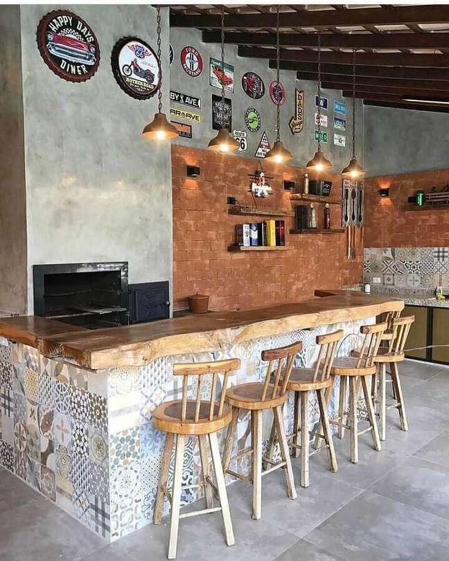 27. Decoração rústica com lustre para área gourmet externa – Foto: Pinterest
