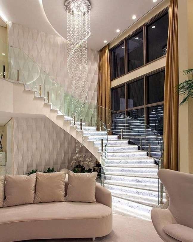 8. Modelo de escada pé direito duplo com iluminação embutida e guarda corpo de vidro. Fonte: Revista Viva Decora 2