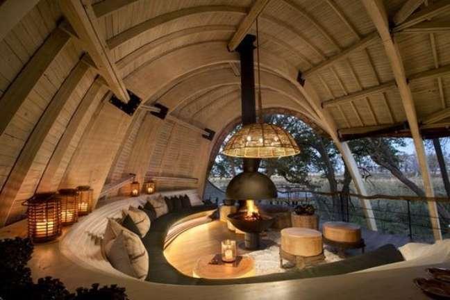 38. Sala com sofá redondo e lareira suspensa no centro do ambiente – Foto Revista VD