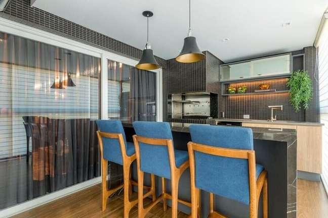 32. Lustre para área gourmet de apartamento decorada com banqueta alta e pastilhas pretas – Foto: Cristina Reinert