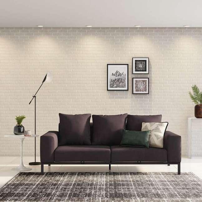 6. O contraste do sofá escuro no ambiente claro dá um destaque elegante e acolhedor ao espaço – Foto: Tok&Stok