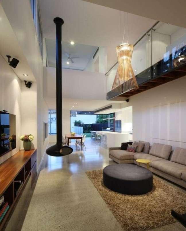 37. Sala com sofá bege e lareira suspensa – Foto Pinterest