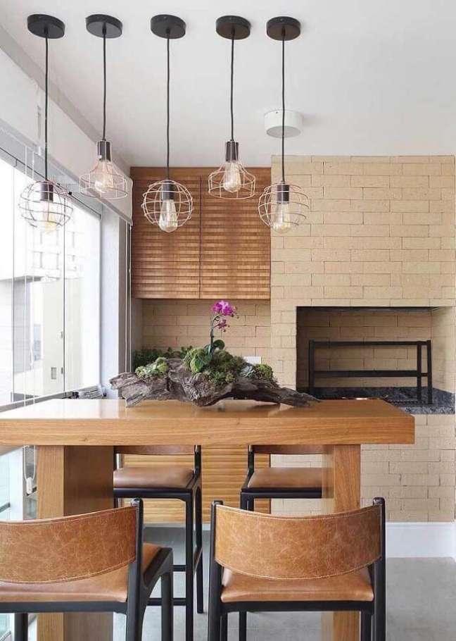 50. Lustre para área gourmet pequena decorada com bancada de madeira – Foto: Pinterest