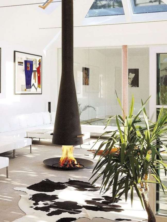 18. Lareira suspensa no centro da sala de estar com tapete preto e branco – Foto Mercado Livre