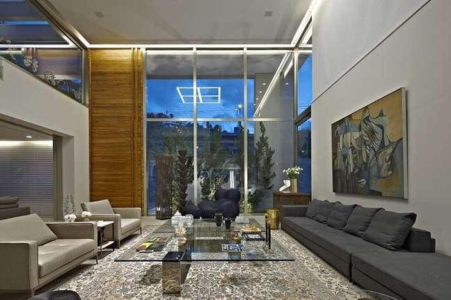 12. Sala com pé direito duplo e decoração moderna. Projeto de Gislene Lopes