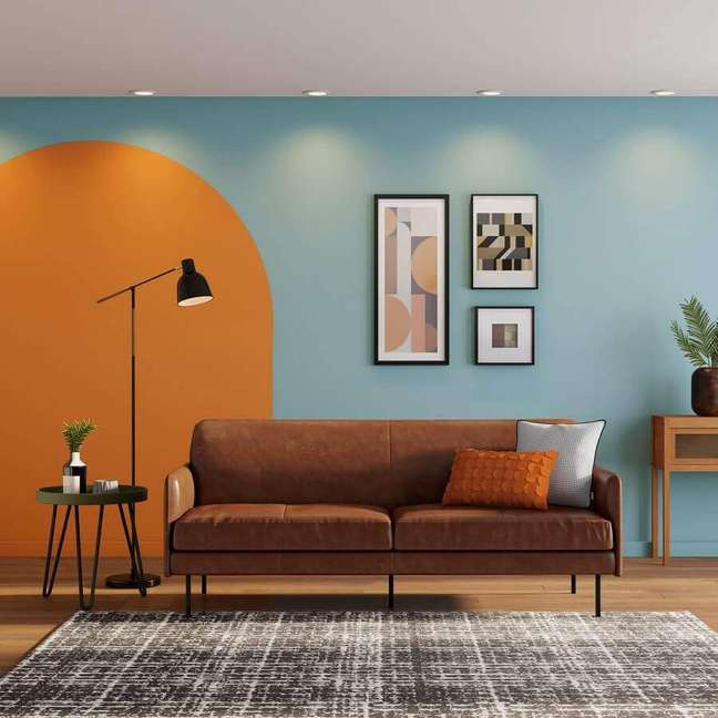 8. O sofá de couro caramelo é um clássico da decoração retrô, mas muito bem-vindo no estilo industrial ou rústico – Foto: Tok&Stok
